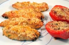Pollo crujiente con tomates al parmesano