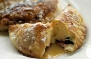 Empanadillas de crema pastelera con frutos del bosque y sirope de arce