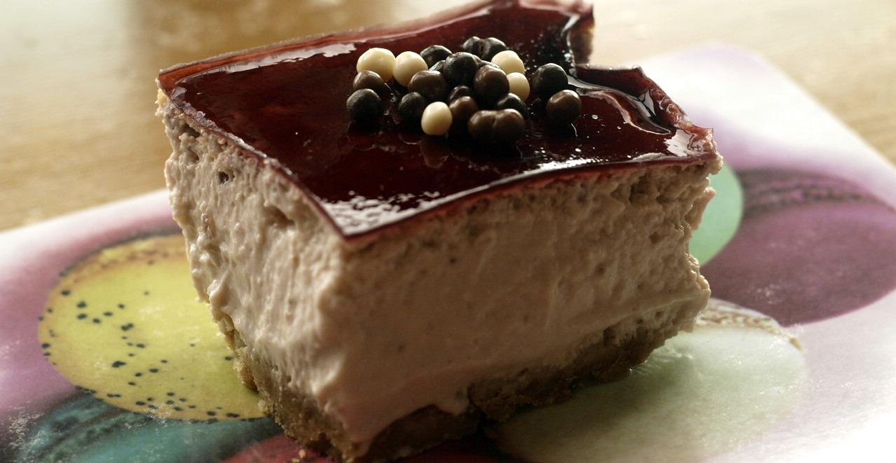Cheesecake de fresas con gelatina de vino Merlot y bolitas de chocolate