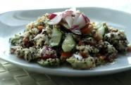 ensalada de quinoa con aguacate y rabanitos