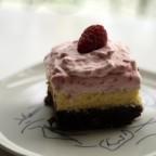 Brownie con tarta de queso y crema de frambuesas