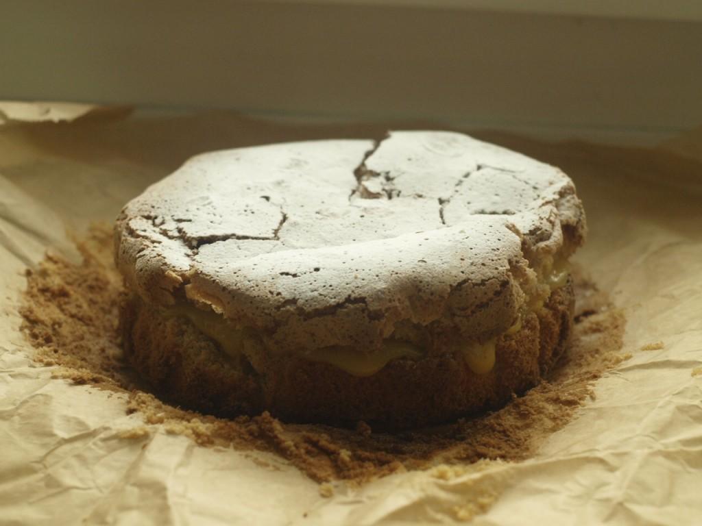 Tarta de Santiago con crema de limón